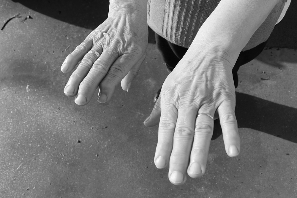 Con estas mans. Breve texto adicado as mulleres no Día Internacional da Muller